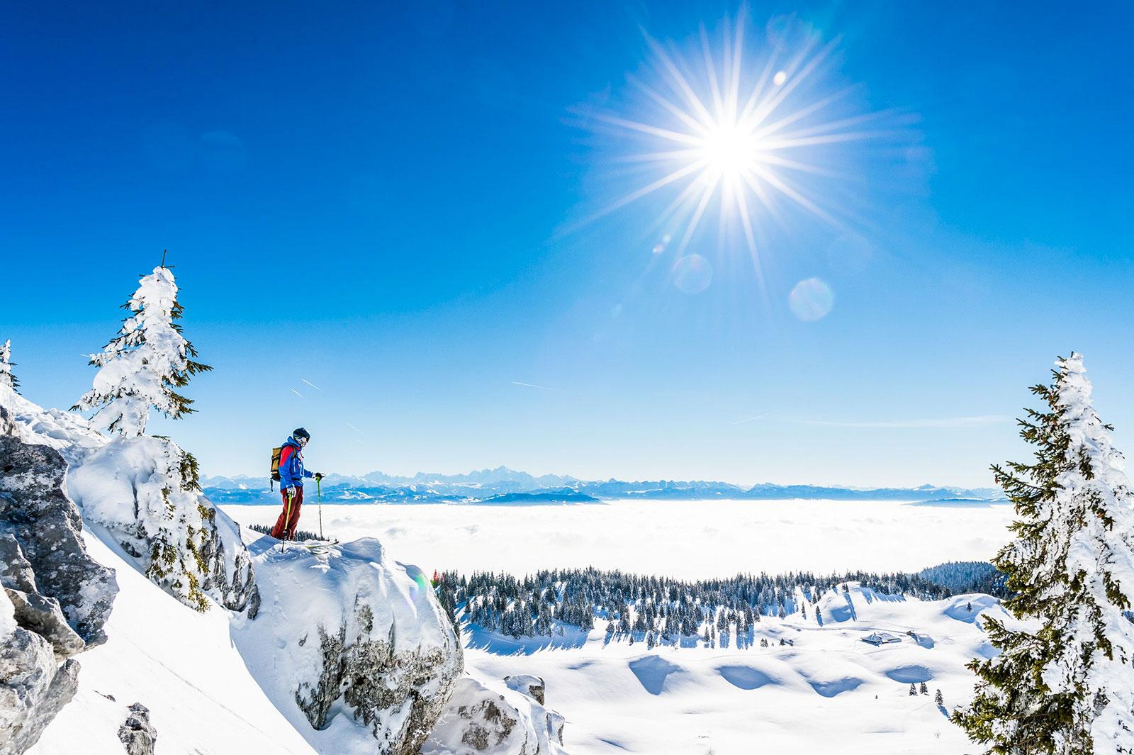 Un skieur au dessus d'une montagne